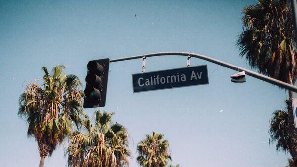 Un señal de tráfico en California - Sputnik Mundo
