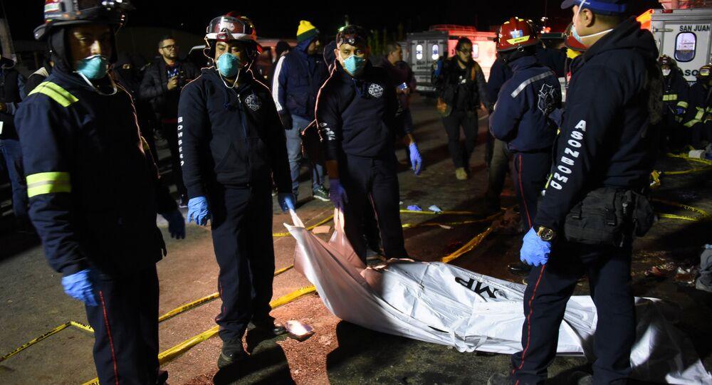 Bomberos en el lugar del accidente de tránsito en Guatemala