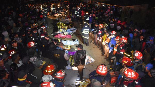 Los bomberos y lás víctimas en el lugar del accidente de tránsito en Guatemala - Sputnik Mundo