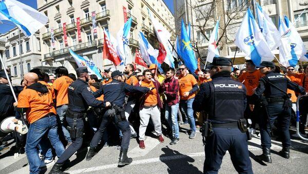 Los policías frente al Congreso español durante la protesta de trabajadores industriales - Sputnik Mundo