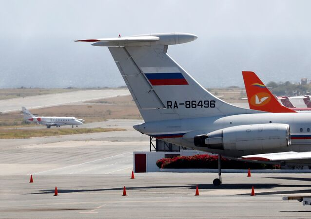 Avión de bandera rusa en el Aeropuerto Internacional Simón Bolivar de Caracas.