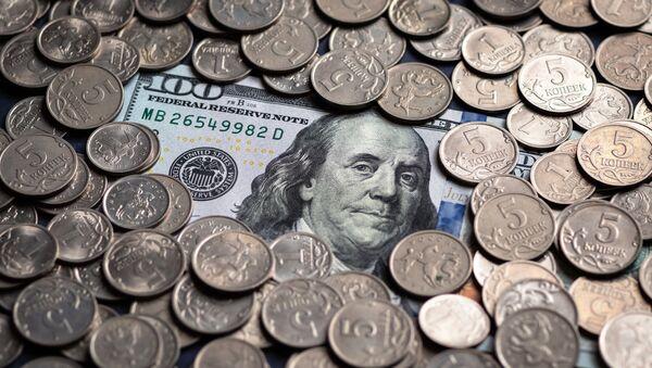 Monedas rusas y un billete de 100 dólares (imagen referencial) - Sputnik Mundo