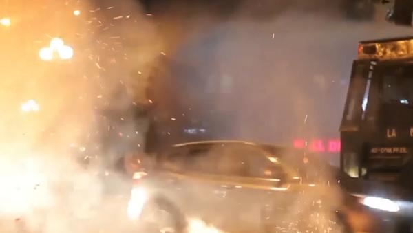 Agua contra fuego: estudiantes chocan con la policía chilena en Santiago - Sputnik Mundo
