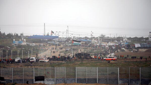 Millares de palestinos de la Franja de Gaza se concentran a lo largo de la frontera de Israel - Sputnik Mundo