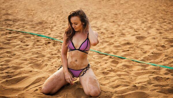 Una joven en la playa - Sputnik Mundo