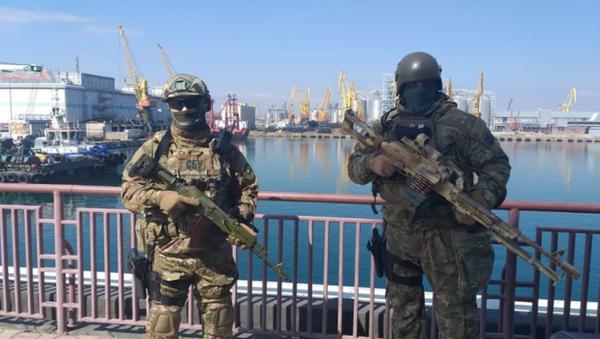 Hombres armados patrullan las calles de la ciudad de Odesa (Ucrania) - Sputnik Mundo