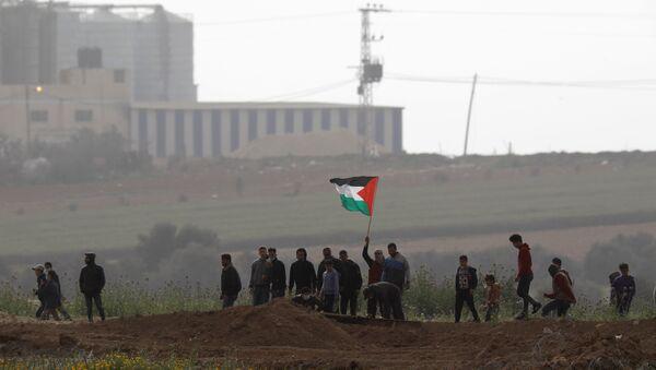 Los palestinos de la Franja de Gaza protestan cerca de la frontera con Israel - Sputnik Mundo
