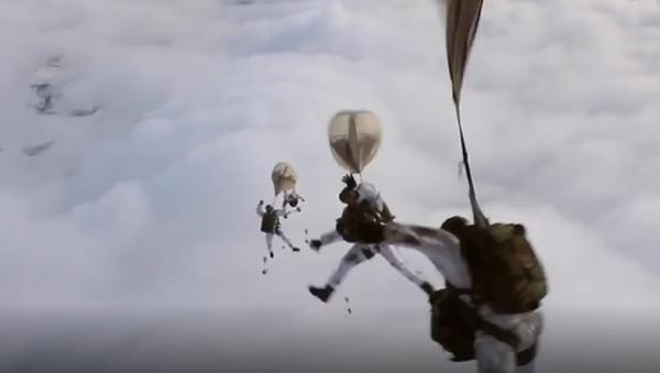 A prueba de todo: los paracaidistas militares rusos protagonizan una serie de maniobras - Sputnik Mundo