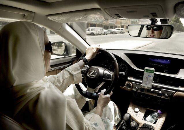 Una mujer saudí conduciendo un coche