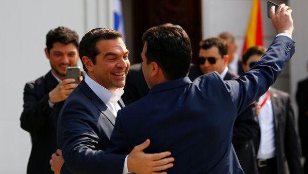 El primer ministro normacedonio, Zoran Zaev, y su homólogo de Grecia, Alexis Tsipras - Sputnik Mundo