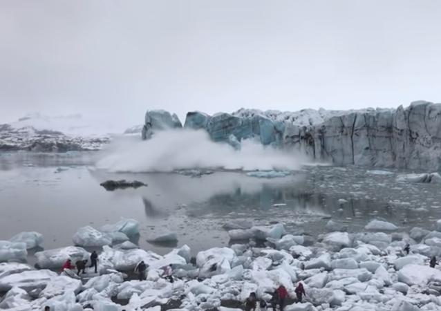Turistas huyen en pánico tras el colapso de un enorme glaciar en Islandia