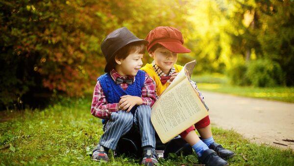 Niños leen libros - Sputnik Mundo