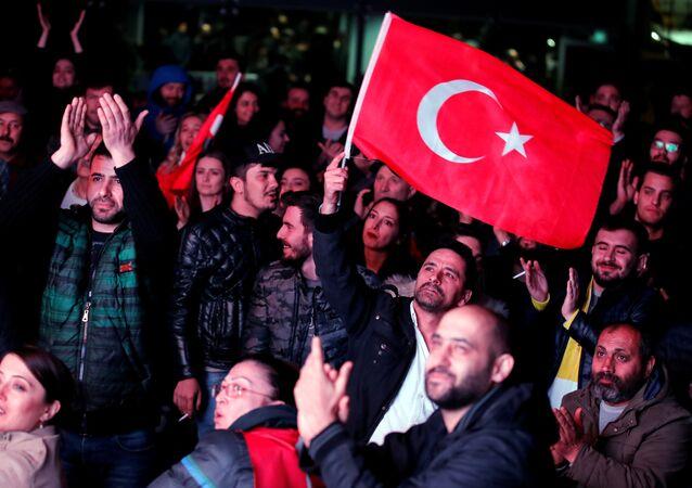 Los ciudadanos con la bandera de Turquía