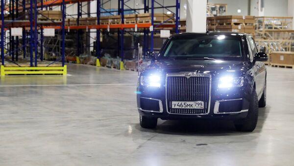 Putin llega a la inauguración de una fábrica de Mercedes en su limusina Aurus - Sputnik Mundo
