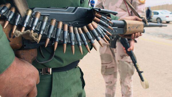 Un militar con un arma en Tripoli, Libia - Sputnik Mundo