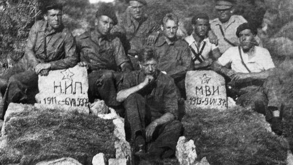 Tanquistas soviéticos al lado de las tumbas de sus compatriotas fallecidos durante la Guerra Civil en España - Sputnik Mundo