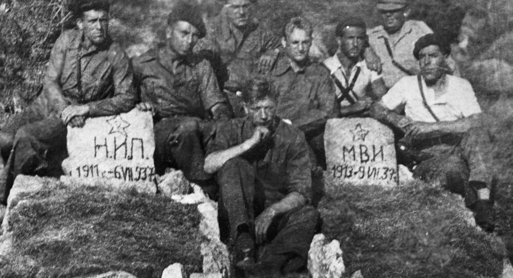 Tanquistas soviéticos al lado de las tumbas de sus compatriotas fallecidos durante la Guerra Civil en España