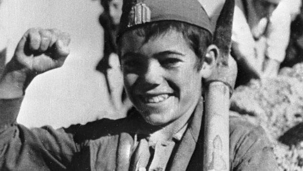 Un niño español antifranquista durante la Guerra Civil en España - Sputnik Mundo