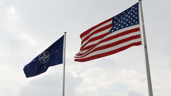 Banderas de EEUU y la OTAN en la sede de la alianza atlántica en Bruselas - Sputnik Mundo