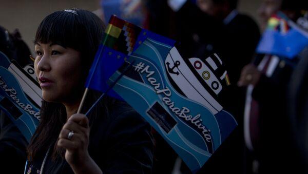 Una boliviana con la bandera en la que se lee 'Mar para Bolivia' - Sputnik Mundo