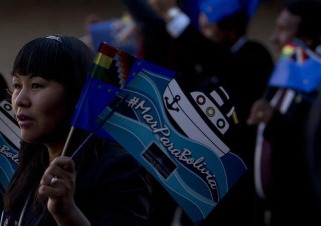 Una boliviana con la bandera en la que se lee 'Mar para Bolivia'