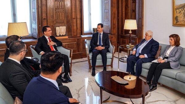 El presidente de Siria, Bashar Asad, el ministro de exteriores venezolano, Jorge Arreaza, y el sirio, Walid Muallem - Sputnik Mundo