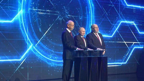 El presidente ruso, Vladímir Putin, participa en la ceremonia de inauguración de la planta de ensamblaje de automóviles Mercedes-Benz en la región de Moscú - Sputnik Mundo