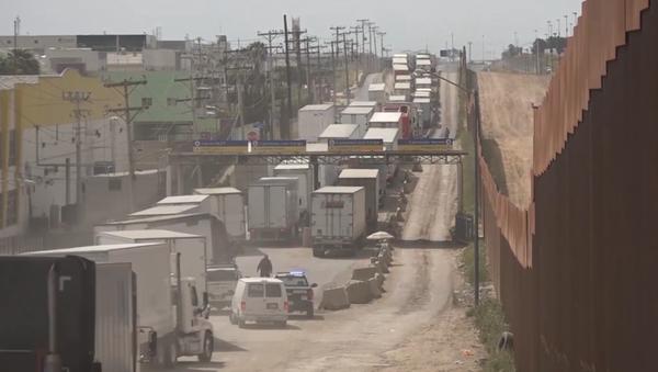 Caravanas de camiones tras la amenaza estadounidense de cerrar la frontera con México - Sputnik Mundo
