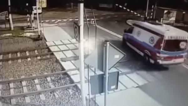 Un tren embiste a toda velocidad a una ambulancia en Polonia - Sputnik Mundo