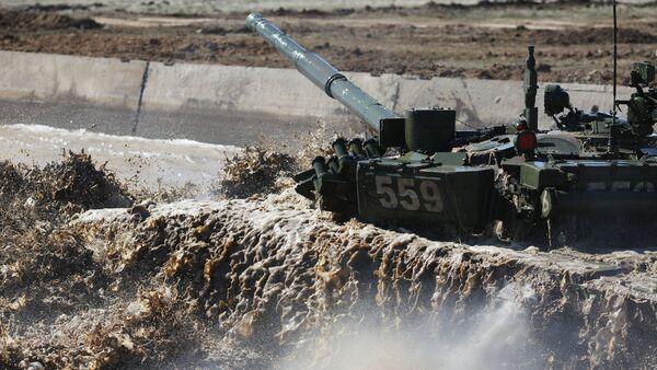 Un tanque T-72 supera una barrera hidrográfica - Sputnik Mundo