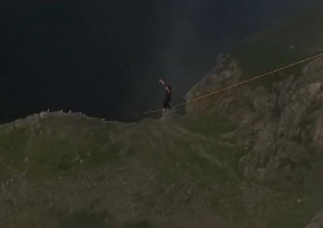 Un noruego con nervios de acero camina sobre una cuerda colgada en un desfiladero