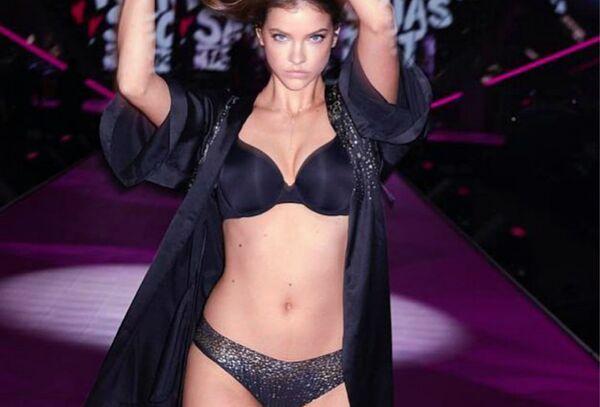 Barbara Palvin en un desfile de Victoria's Secret - Sputnik Mundo