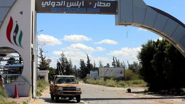 La entrada al aeropuerto de Trípoli, Libia - Sputnik Mundo