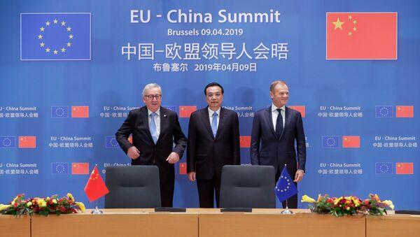 El primer ministro chino, Li Keqiang, y los presidentes del Consejo Europeo y de la Comisión Europea, Donald Tusk y Jean-Claude Juncker - Sputnik Mundo