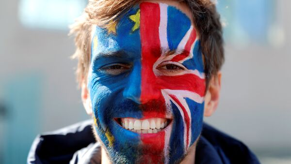 Un hombre con las banderas de la UE y el Reino Unido pintadas en la cara - Sputnik Mundo