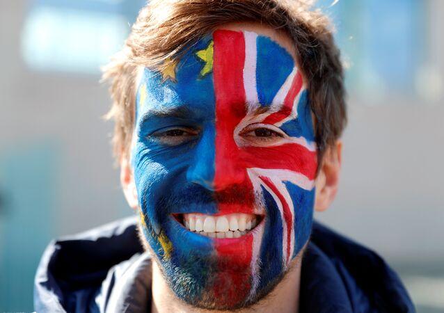 Un hombre con las banderas de la UE y el Reino Unido pintadas en la cara