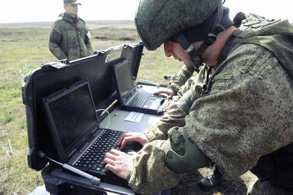 Ejercicios militares en Rusia de unidades de tanques y de la infantería mecanizada - Sputnik Mundo