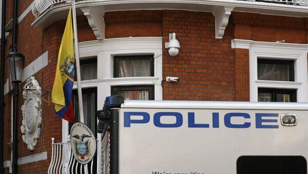 Policía británica cerca de la embajada de Ecuador en Londres - Sputnik Mundo