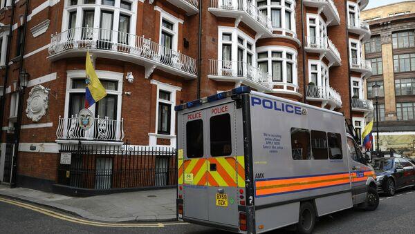 La Policía británica en la Embajada de Ecuador en Londres arresta a Assange - Sputnik Mundo