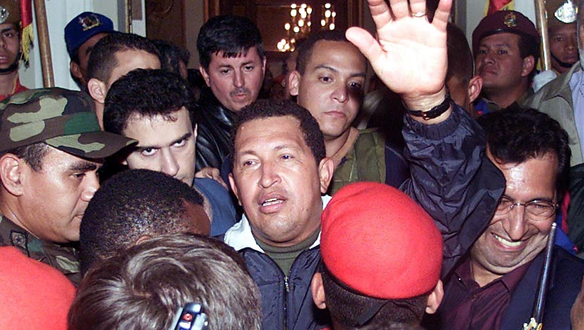 Hugo Chávez regresando al gobierno tras el fallido Golpe de Estado de 2002 en Venezuela - Sputnik Mundo, 1920, 14.04.2019