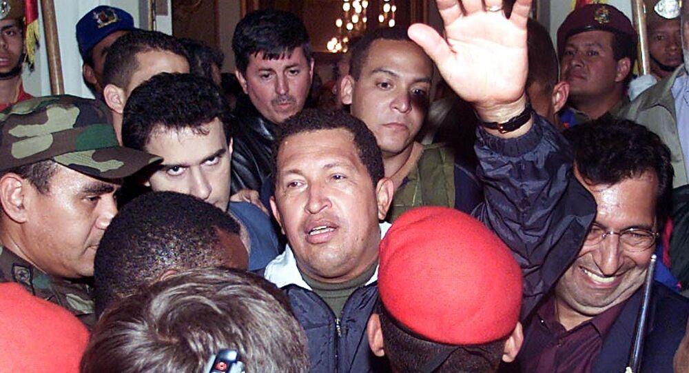 Hugo Chávez regresando al gobierno tras el fallido Golpe de Estado de 2002 en Venezuela