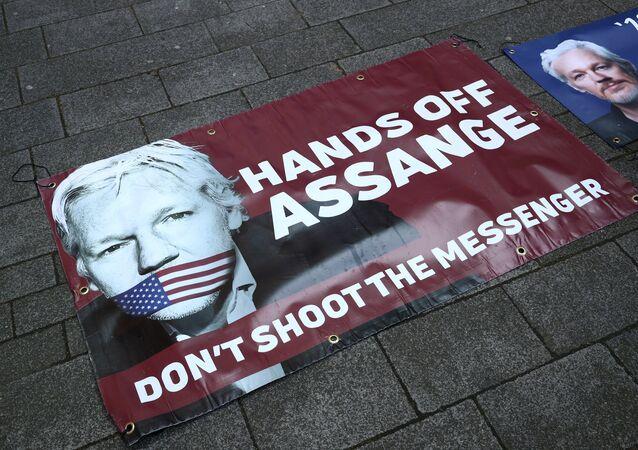 Retrato de Julian Assange cerca de la Corte de Magistrados de Westminster