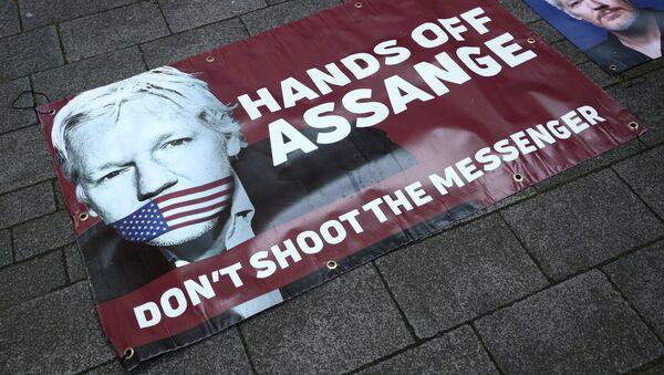 Retrato de Julian Assange cerca de la Corte de Magistrados de Westminster - Sputnik Mundo