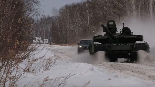 Una carrera entre un auto y un T-80 - Sputnik Mundo