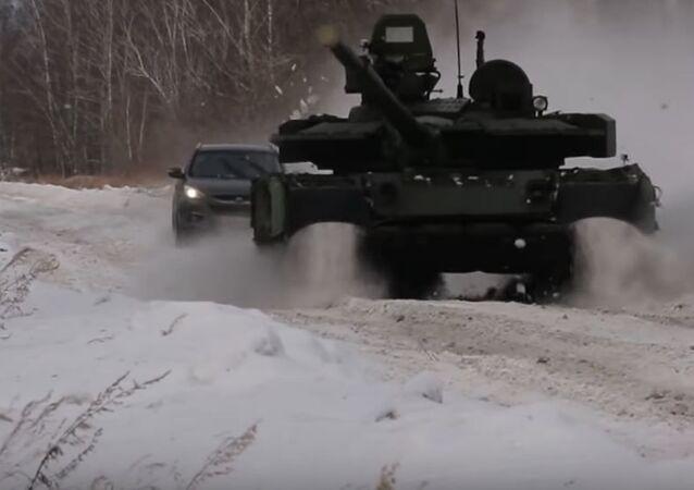 Una carrera entre un auto y un T-80