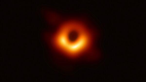 La primera foto de un agujero negro, tomada con una red global de telescopios, realizada por el proyecto Event Horizon Telescope (EHT) - Sputnik Mundo