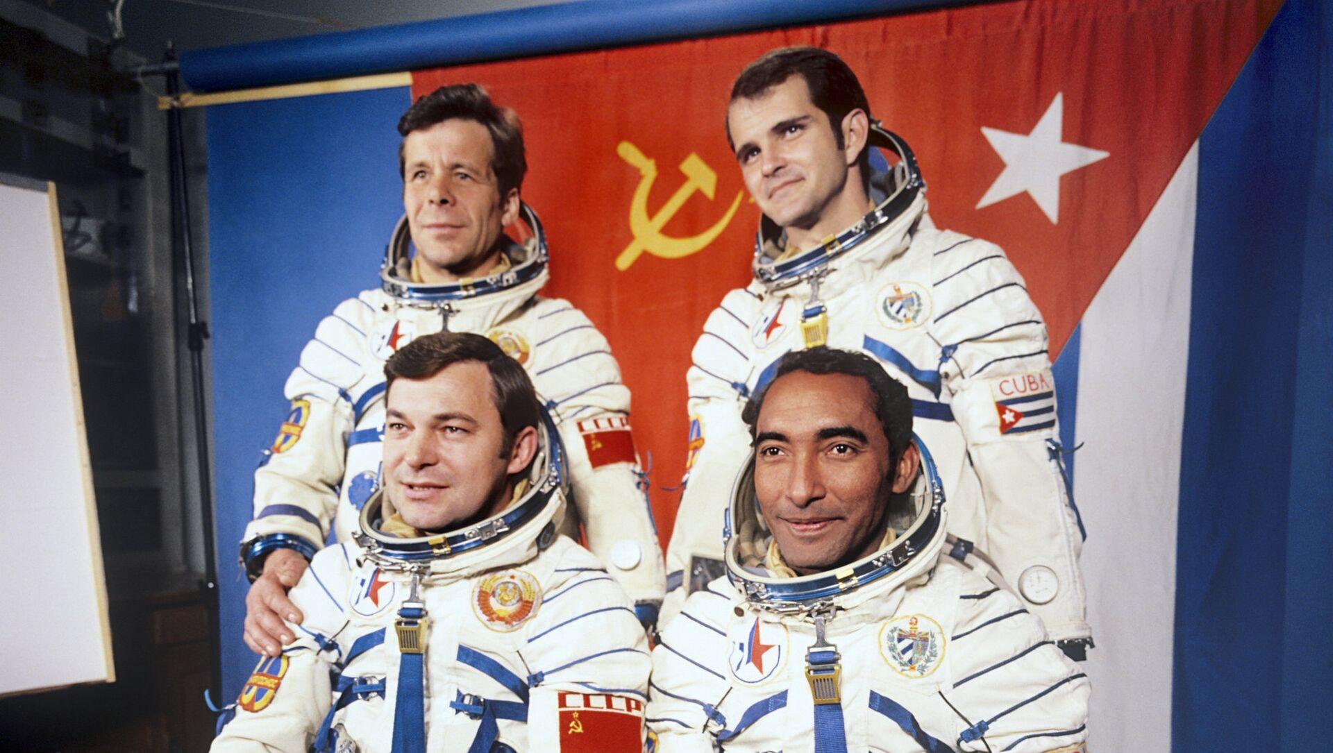 El cosmonauta Arnaldo Tamayo junto al héroe soviético, Yuri Romanenko, y sus traductores en la Tierra - Sputnik Mundo, 1920, 12.04.2019