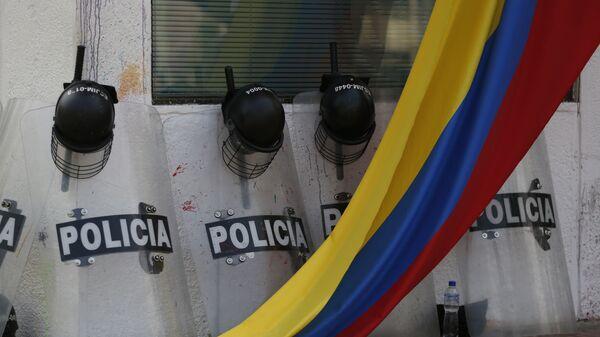 Escudos de los policías colombianos y la bandera del país (archivo) - Sputnik Mundo
