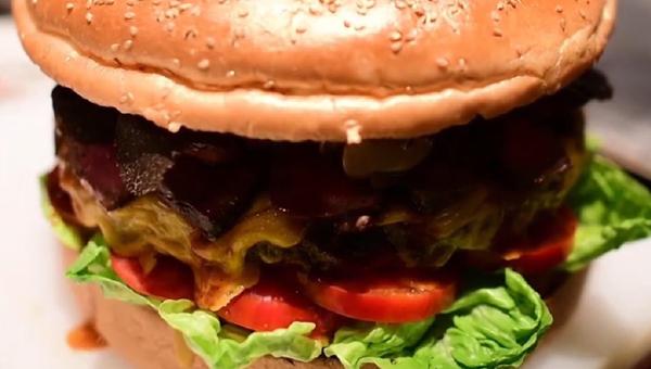 Japón celebra su nuevo emperador con una hamburguesa de oro que cuesta 900 dólares - Sputnik Mundo