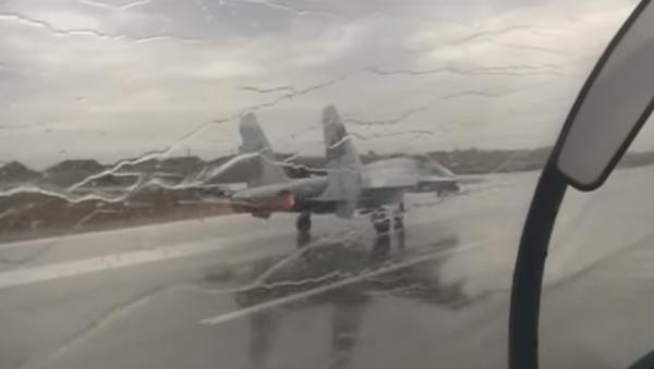Contra viento y lluvia: los Su-27SM despegan sincrónicamente para escoltar a los Tu-160 - Sputnik Mundo